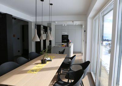 Hiša s perforiranimi paneli - kuhinja z jedilnico