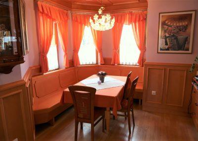 Hiša v klasičnem slogu - jedilnica