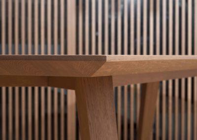 Sodoben dom s toplino hrasta - jedilna miza