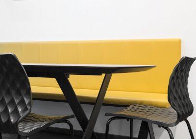 Kuhinja - nov prostor druženja; rumeni poudarki prinesejo toplino