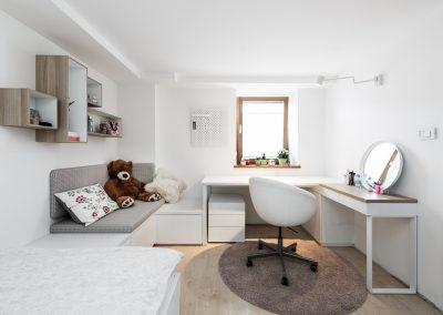 Soba za najstnico; nizki element se nadaljuje v mini kavč