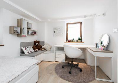 Soba za najstnico; delovni kotiček in mizica za ličenje
