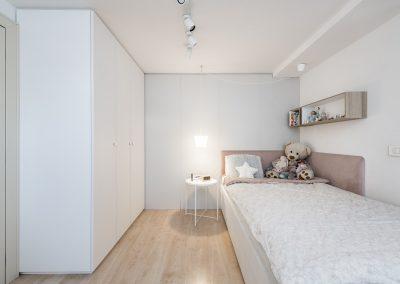Soba za najstnico; garderobna omara in lesena predelna stena