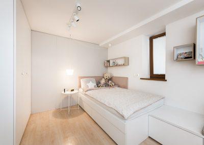 Soba za najstnico; postelja s predali