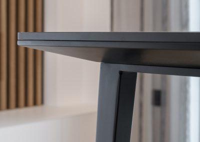 Razkošno udobje: jedilna miza iz keramike in s kovinskim podnožjem