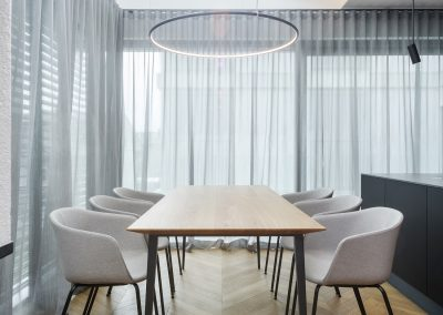 Igra svetlobe: jedilna miza iz masivnega hrasta in kovinskim podnožjem
