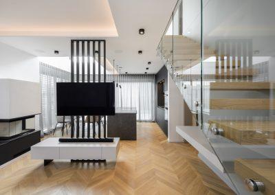 Igra svetlobe: dnevni prostor s kuhinjo