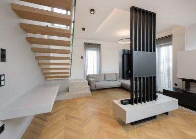 Igra svetlobe: pogled ob vstopu v dnevni prostor s kuhinjo