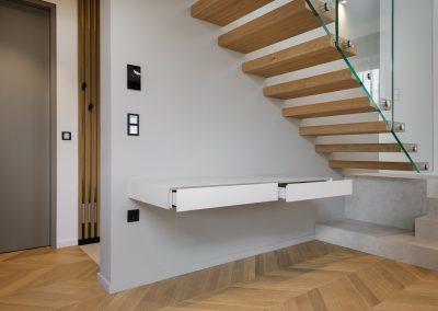 Igra svetlobe: delovni kotiček pod stopnicami