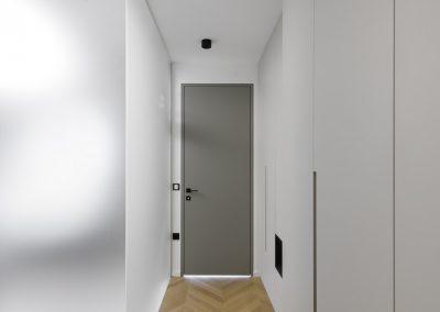 Igra svetlobe: spalnica - steklena stena kopalnice ter vgradne omare na desni